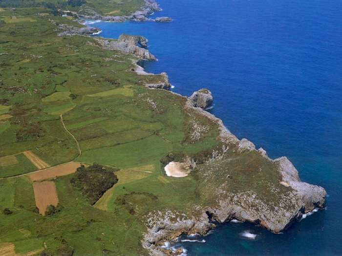 Пляж Плайя-де-Гульпиюри расположен приблизительно в сотне метров от Бискайского залива