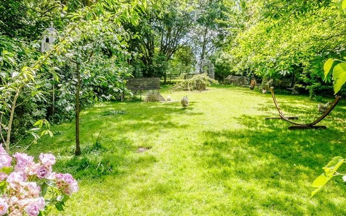 Зеленый сад - украшение особняка.