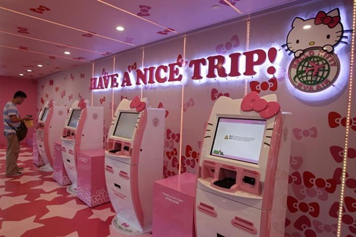 В самолете расположены терминалы с изображением Hello Kitty
