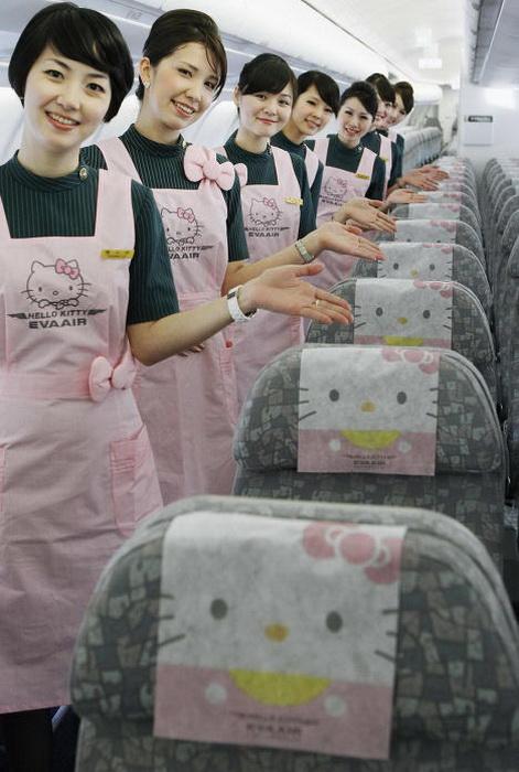 В салоне самолета изображение Hello Kitty повсюду: на подголовниках и на форме стюардесс