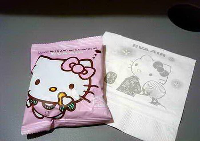 На борту самолета множество вещей с изображением Hello Kitty