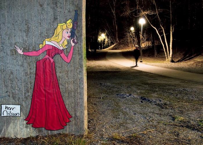 Стрит-арт от Herr Nilsson: темная сторона характера невинных диснеевских принцесс