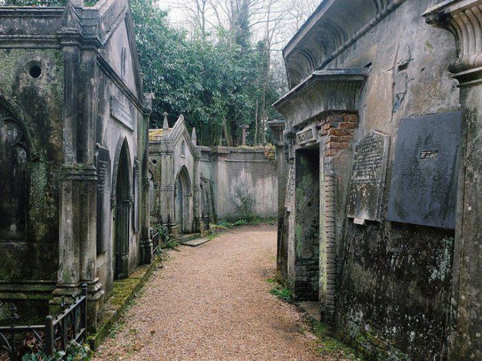Старинный склепы на Хайгейтском кладбище.