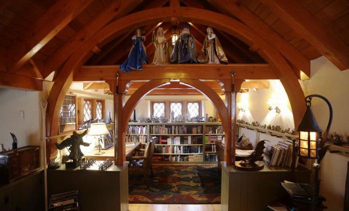Книжные полки создают особую атмосферу уюта и домашнего тепла
