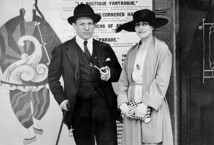 Пабло Пикассо и Ольга Хохлова на фоне афиши балета Парад, 1917 год