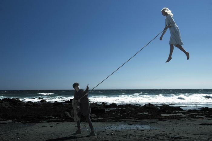 Парящая в облаках Эмма Блум, роль исполняет Элла Пернелл