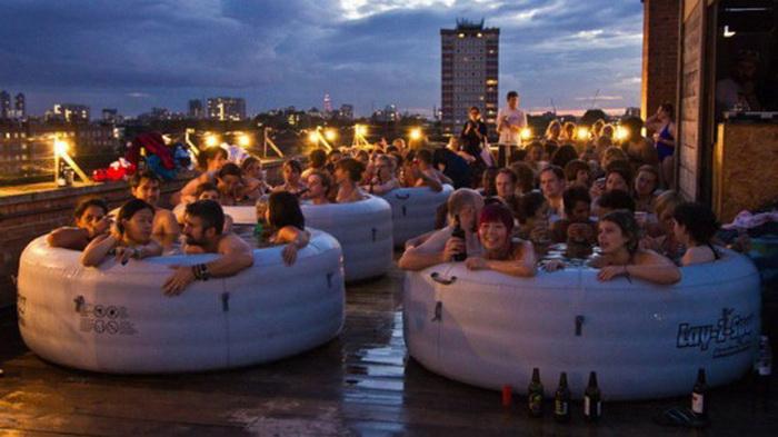 Необычный лондонский кинотеатр Hot Tub Cinema: проектор и теплая ванна на крыше многоэтажки