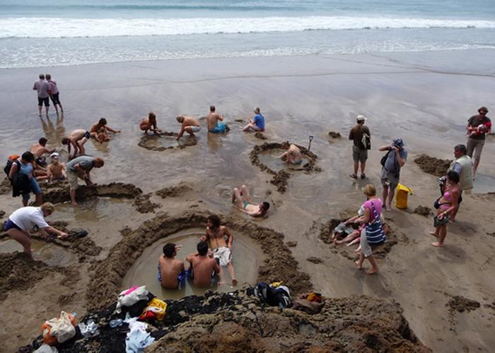 Отдохнуть на необычном пляже ежегодно приезжает около 130 000 человек