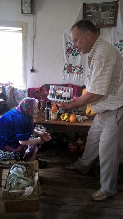 Кристину Нагорную на праздники навещают представители местной администрации.