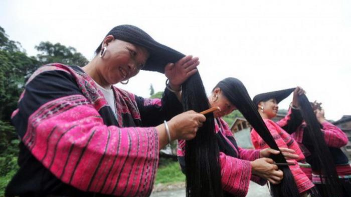 Длинноволосые девушки из деревни Хуанло (Китай)