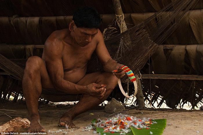 Мужчина занят изготовлением украшений для продажи туристам