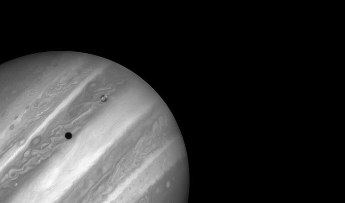 Планета Юпитер и ее спутник планета Ио на снимке телескопа *Хаббл*