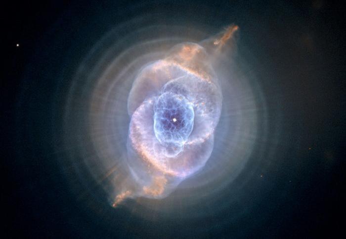 Туманность *Кошачий Глаз* на снимке телескопа *Хаббл*