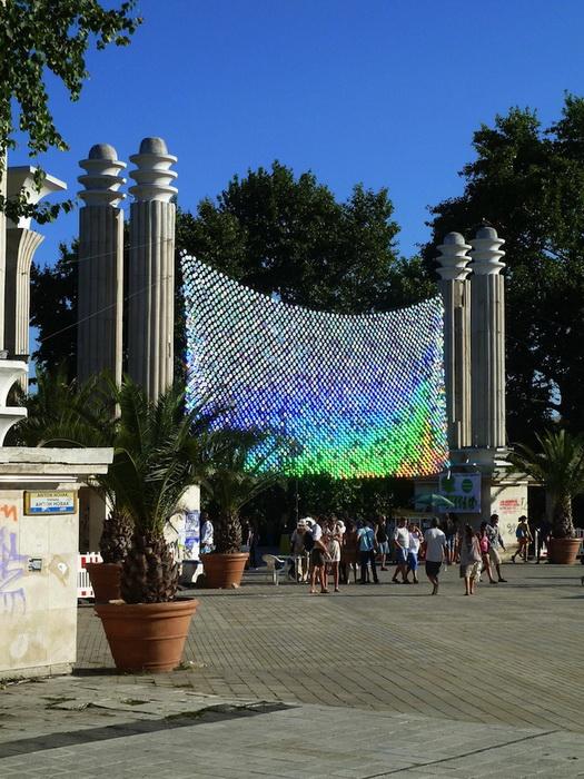 Инсталляция украшает вход в Морской парк (Варна, болгария)
