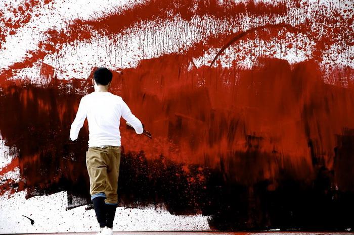Hua Tunan пишет в особой технике, разбрызгивая краски