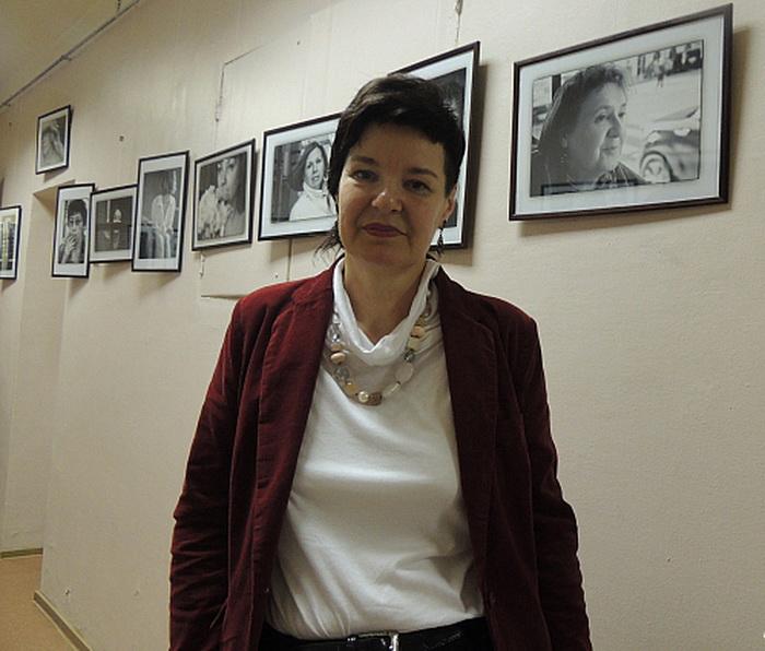 Инна Шолпо на фоне своих работ