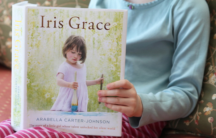 Айрис Грейс держит в руках фотоальбом