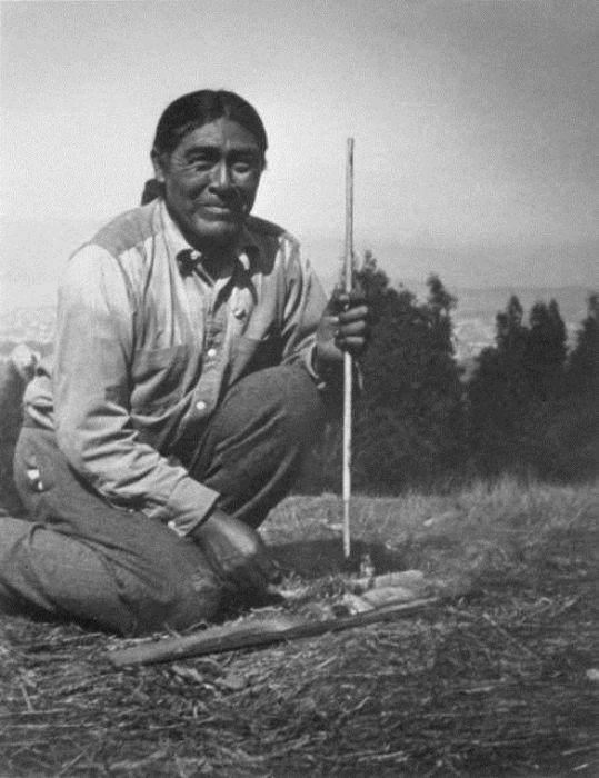 Иши показывает, как жили индейцы яхи.