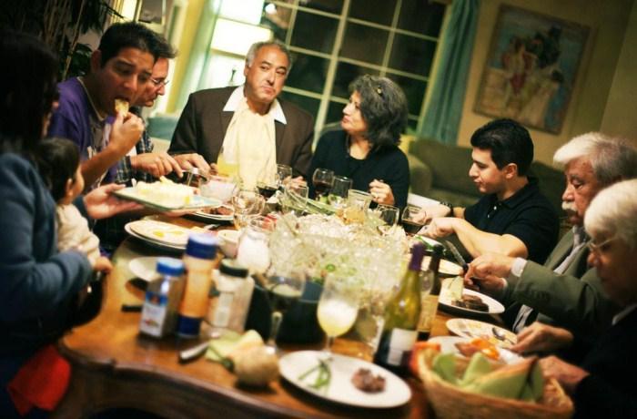 Большая итальянская семья за ужином. Фото: family-abc.ru