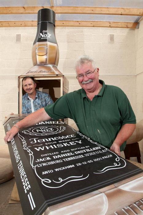Компания Crazy Coffins изготовила гроб в виде бутылки виски