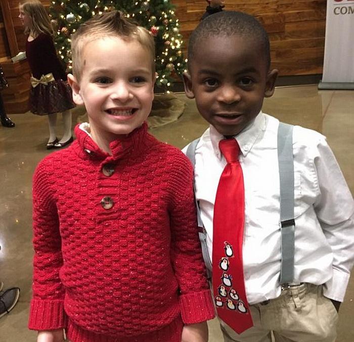 Фото двух друзей у рождественской елки.