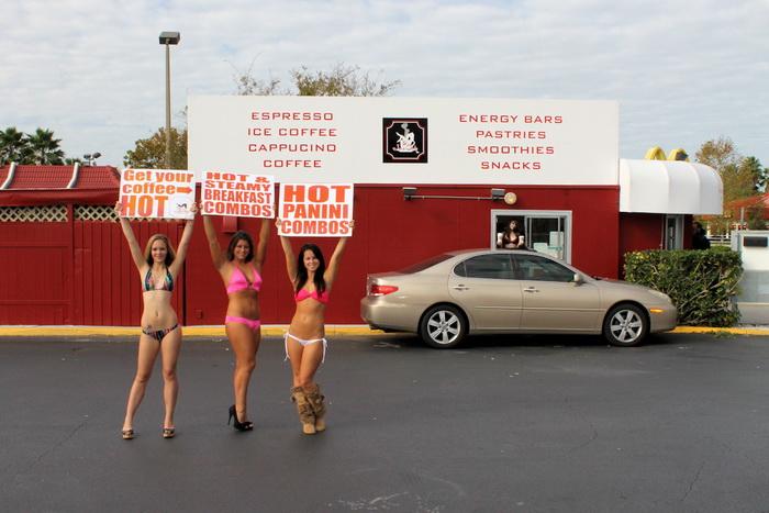 Бариста рекламируют кафе Java Girls