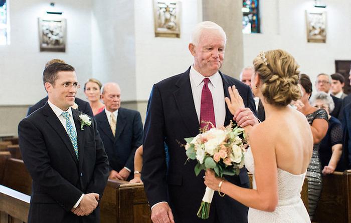 Невеста слушает сердцебиение своего отца