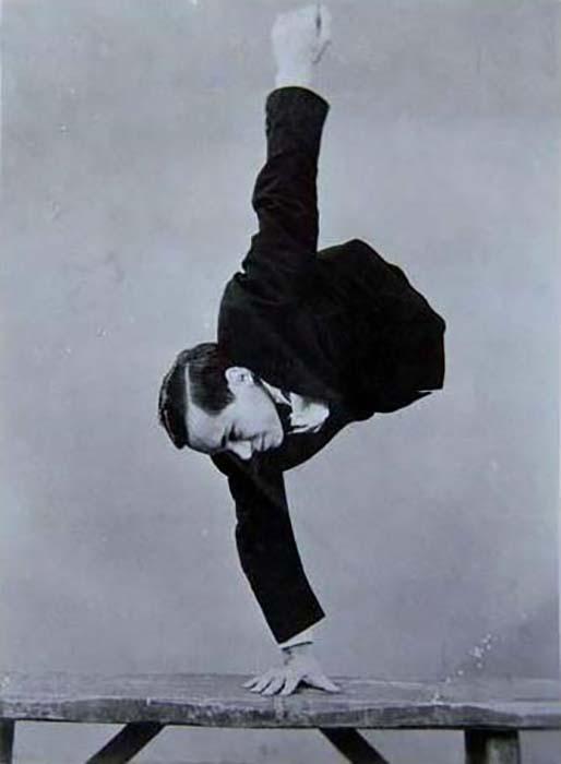 Знаменитая стойка на руках Джонни Экка. Фото: news2mail.ru