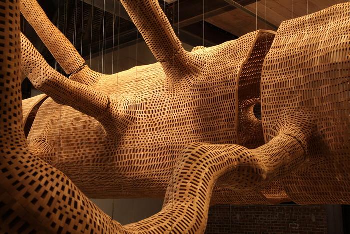 Скульптура гигантского дерева от Джона Грейда (John Grade)