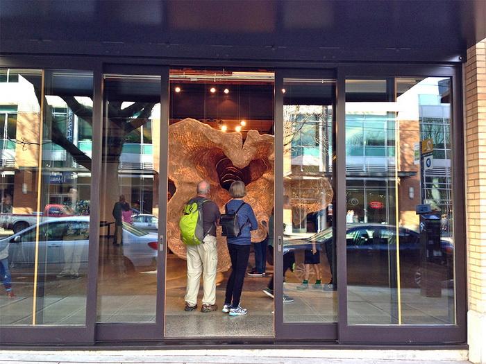 Скульптура Middle Fork в выставочном зале MadArt