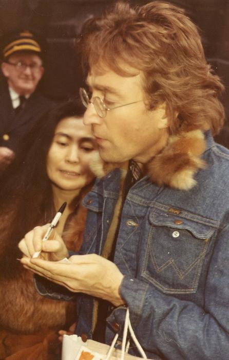 Джон Леннон с удовольствием давал автографы поклонникам
