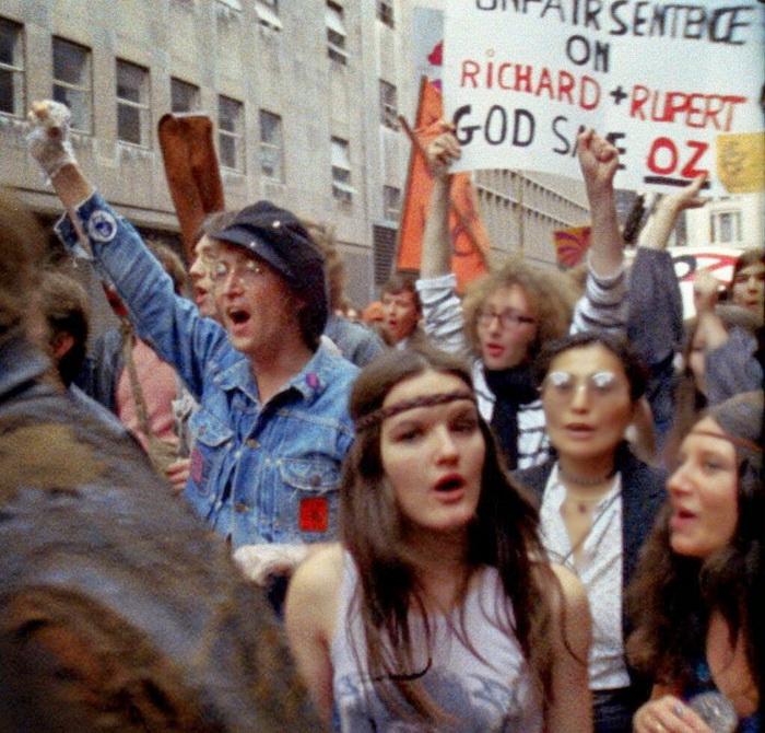Джон Леннон в толпе пацифистов