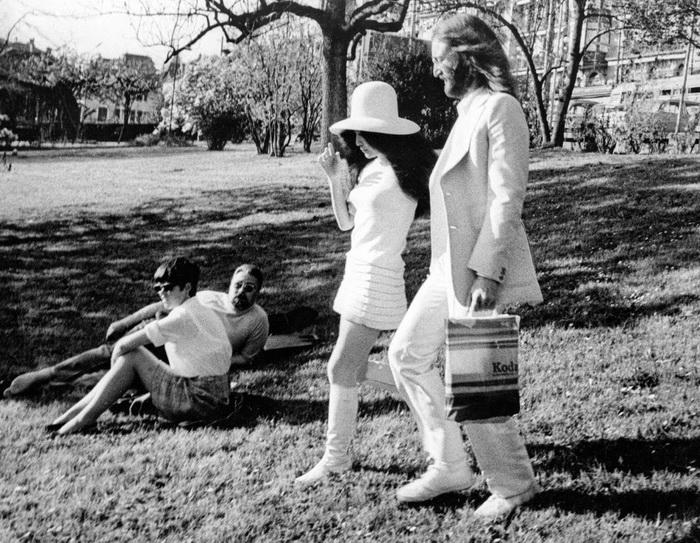 Любовь к белому цвету в одежде - дань пацифизму