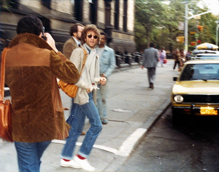 Уличные папарацци охотятся на Джона Леннона