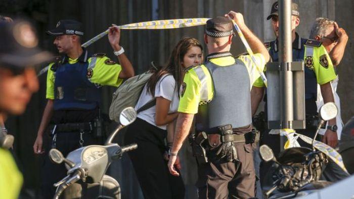 Полиция работает на месте теракта в Барселоне.