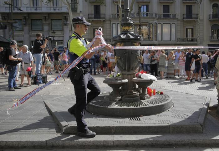 Полицейские ограждают место, где произошел теракт.