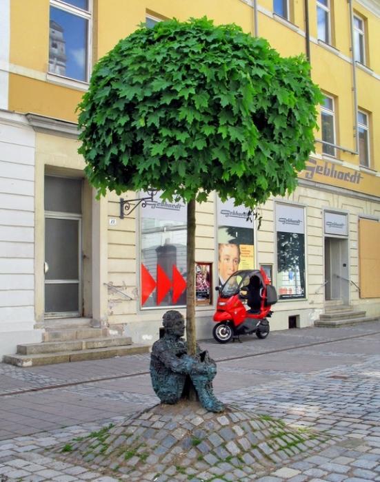 Памятник Дерево Каспара. Работа испанского скульптора Жаума Пленса.