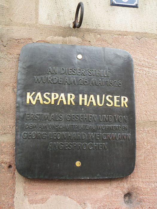 Мемориальная доска с именем Каспара Хаузера.