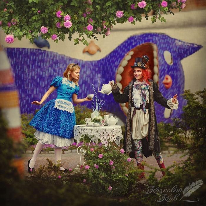 Сказочный Киев: певица и телеведущая Даша Коломоец в образе Алисы из страны чудес. Место съемок: парк Пейзажная аллея