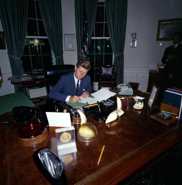 Джон Кеннеди за работой в Овальном кабинете.