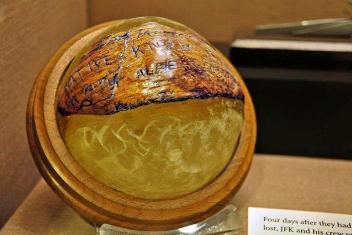 Пресс-папье из скорлупы кокоса.