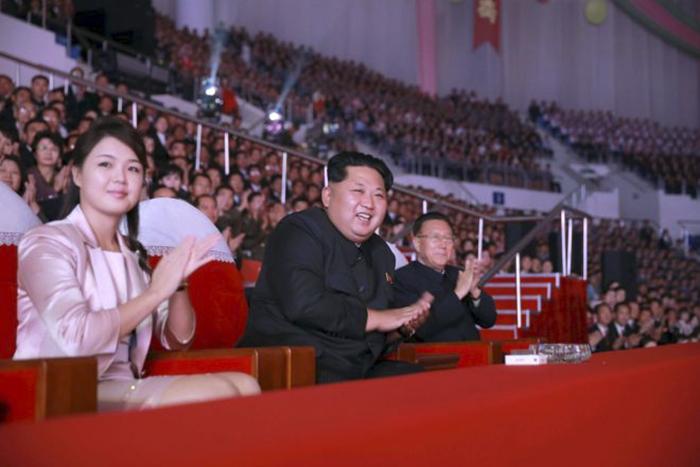 Ли Соль Чжу часто появляется на публике с мужем и носит демократичные наряды.