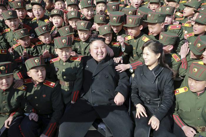 Ким Чен Ын с женой в окружении военнослужащих.