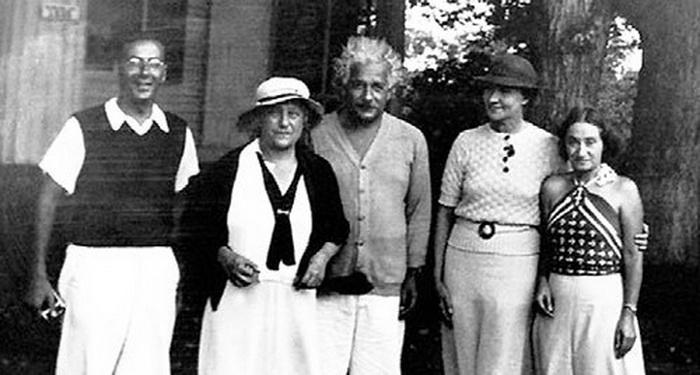 Коненкова вместе с Альбертом Эйнштейном, его второй женой Эльзой, приемной дочерью Маргот и физиком Робертом Оппенгеймером