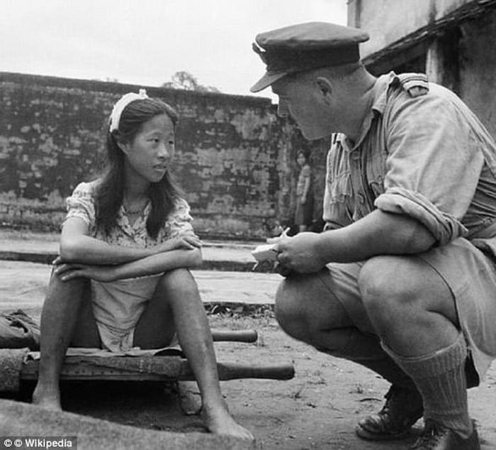 Военный общается с китаянкой после освобождения из борделя.