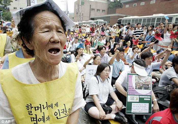 Женщина, пережившая войну, выступает на антияпонском митинге.