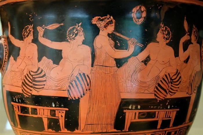 Древнегреческая игра коттаб. Девушка играет на симпосии. Около 420 г. до н.э.