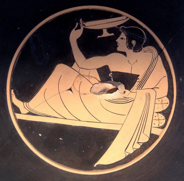 Игрок в коттаб. Рисунок на килихе, чаше для вина (около 510 г. до н. э)