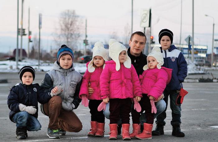 Антон Кудрявцев и шесть его детей.