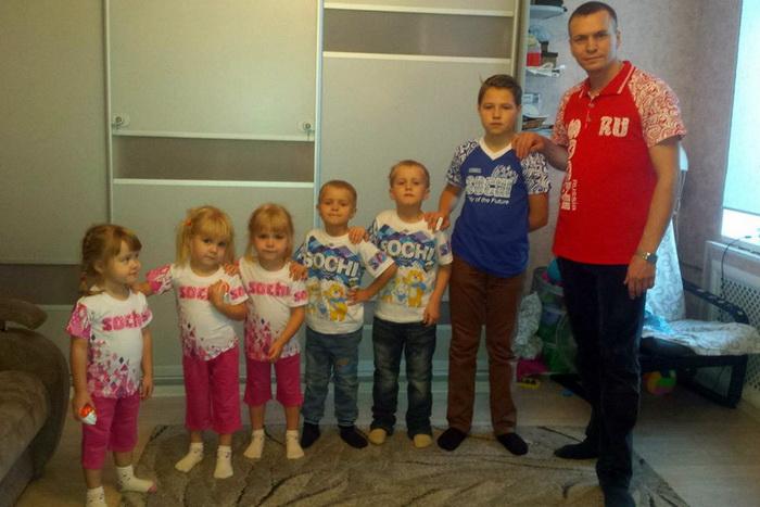 Семья Кудрявцевых в тематических футболках с Олимпиады в Сочи.